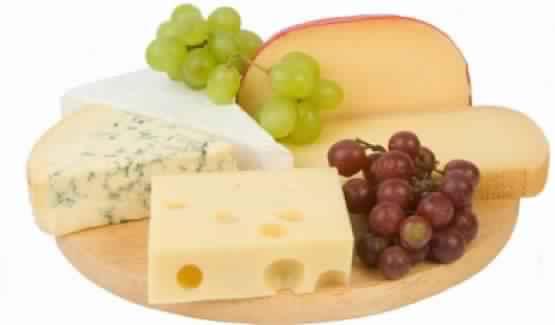 Fromage-nsemble-des-aliments-pour-prendre-du-poids-et-se-battent-le-mince-du-corps