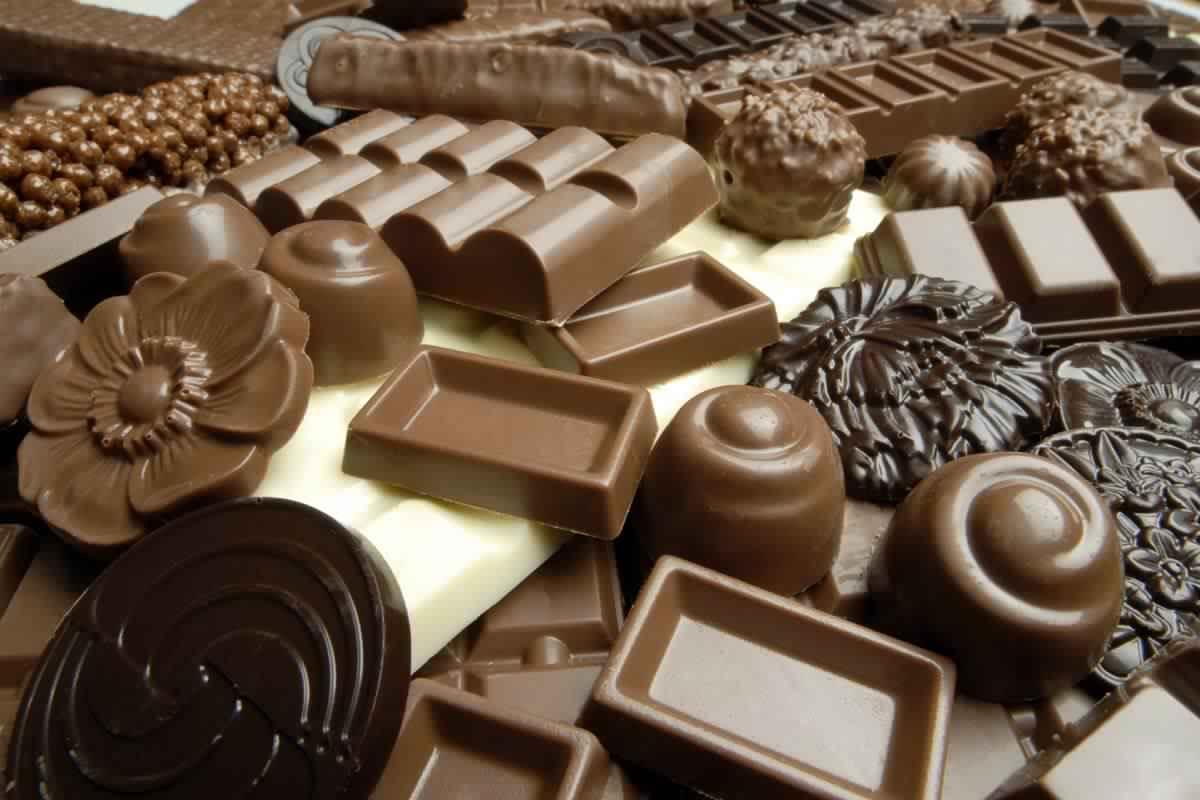 nsemble-des-aliments-pour-prendre-du-poids-et-se-battent-le-mince-du-corps-le-chocolat-un-amour-ambivalent